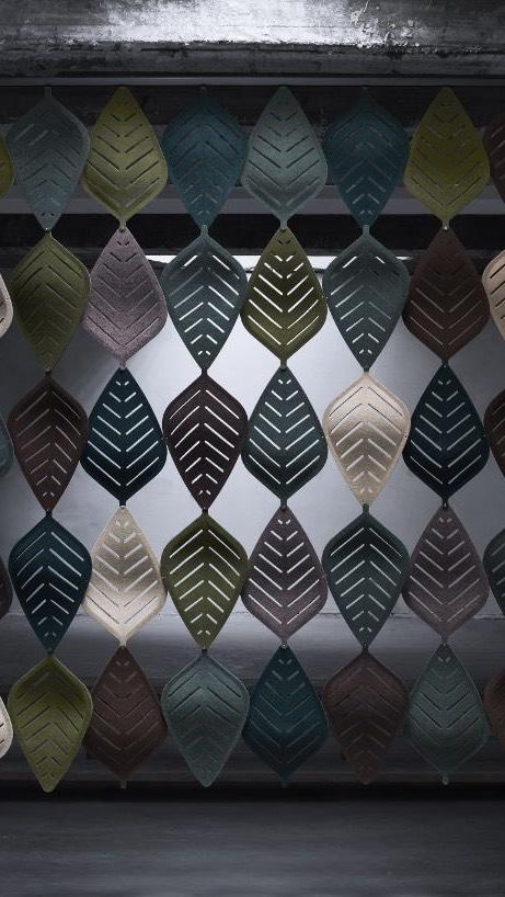 Een afbeelding van een akoestisch hang- plafond element op Akoestiekspecialist genaamd Abstracta Airleaf.