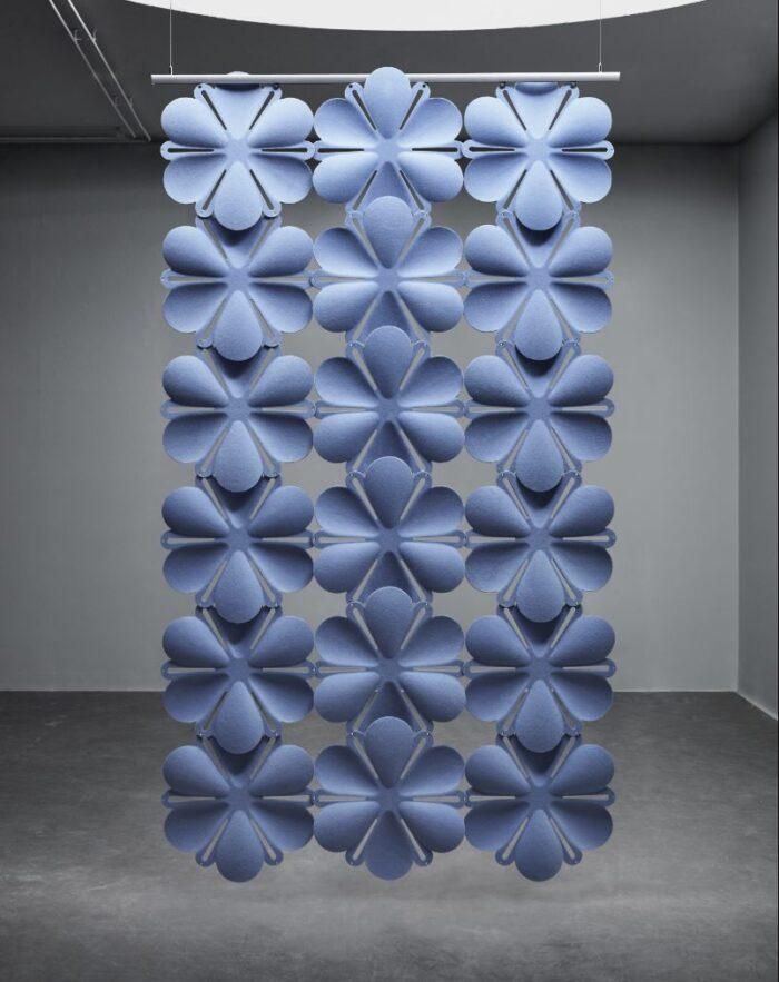 Een afbeelding van een akoestisch hang- plafond element op Akoestiekspecialist genaamd Abstracta Airbloom.