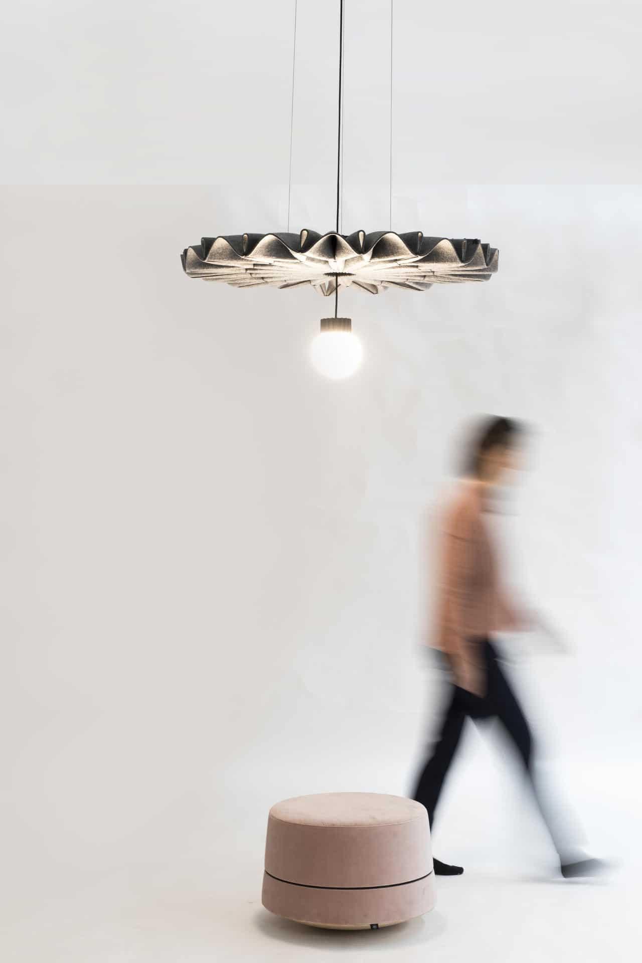 Een afbeelding van een akoestische hanglamp op Akoestiekspecialist genaamd BuzziSpace BuzziPleat LED.