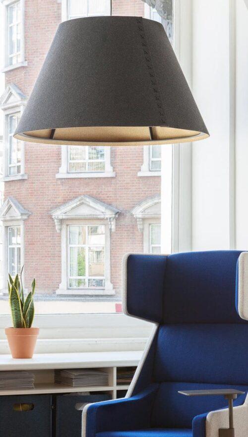 Een afbeelding van een akoestische hanglamp op Akoestiekspecialist genaamd BuzziSpace BuzziShade.