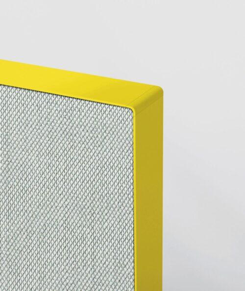 Een afbeelding van een akoestisch bureauscherm op Akoestiekspecialist genaamd Deblick Bureauscherm Standing.