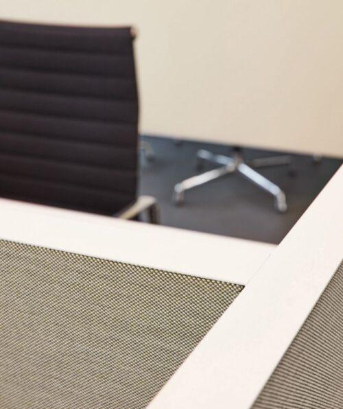 Een afbeelding van een akoestisch bureauscherm op Akoestiekspecialist genaamd Deblick Bureauscherm Cross Expand.