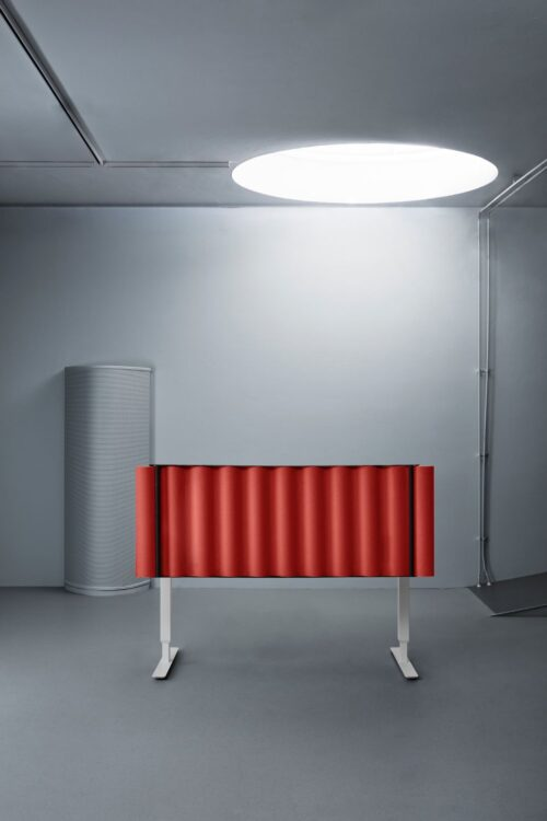 Een afbeelding van een akoestisch bureauscherm op Akoestiekspecialist genaamd Abstracta Scala Desk.