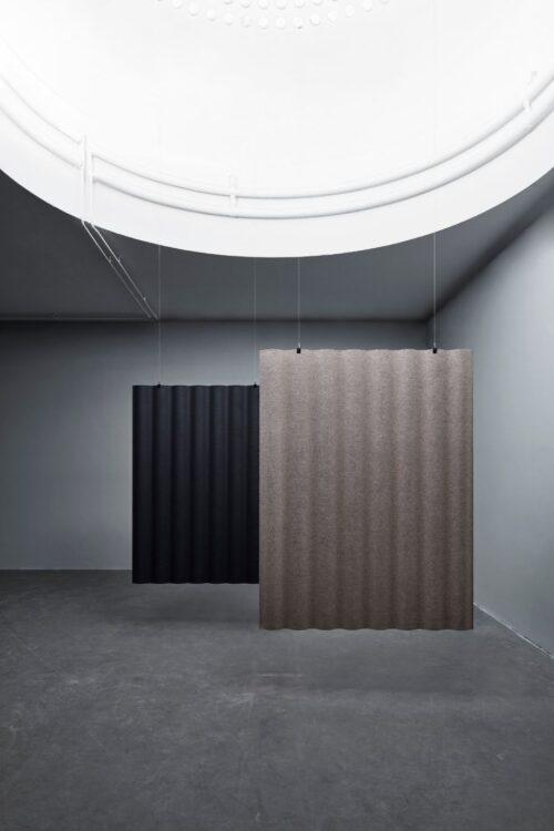 Een afbeelding van een akoestisch hang- plafond element op Akoestiekspecialist genaamd Abstracta Scala Floating.