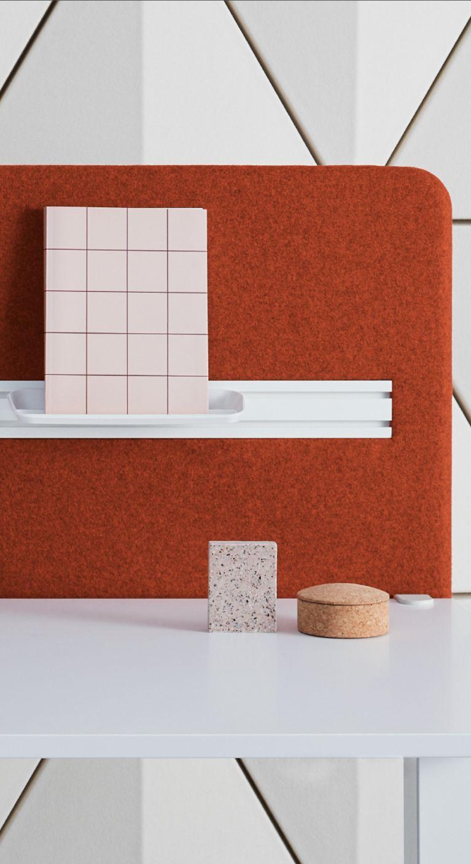 Een afbeelding van een akoestisch bureauscherm op Akoestiekspecialist genaamd Abstracta Softline Deskscreen.