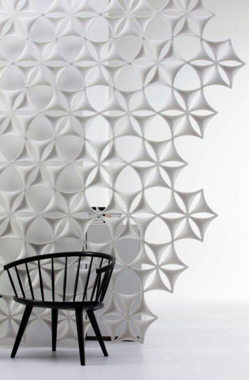 Een afbeelding van een akoestisch hang- plafond element op Akoestiekspecialist genaamd Abstracta Airflake.