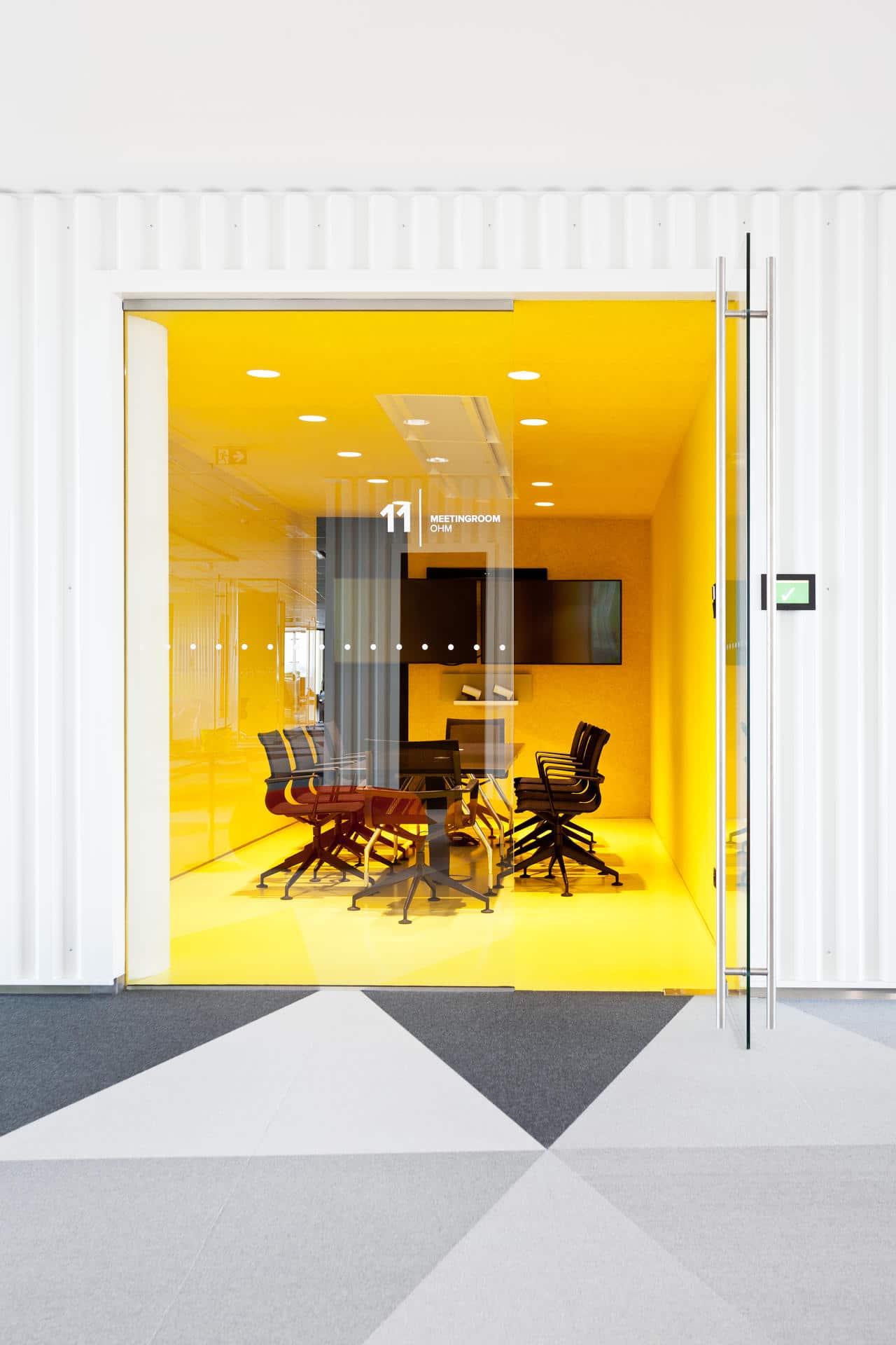 Een afbeelding van een akoestische werkplek op Akoestiekspecialist genaamd BuzziSpace BuzziSkin.